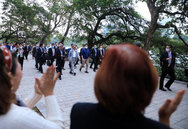 Thủ tướng Nhật Bản Suga Yoshihide đi dạo quanh Hồ Hoàn Kiếm buổi sáng - Ảnh 10.