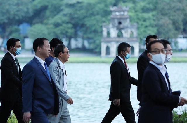 Thủ tướng Nhật Bản Suga Yoshihide đi dạo quanh Hồ Hoàn Kiếm buổi sáng - Ảnh 9.
