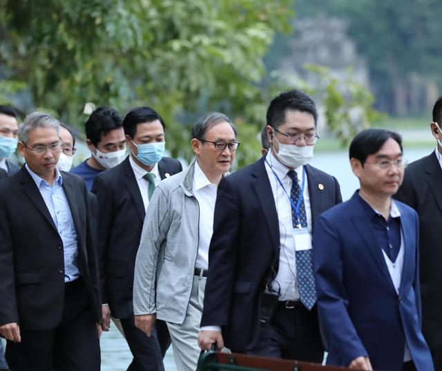 Thủ tướng Nhật Bản Suga Yoshihide đi dạo quanh Hồ Hoàn Kiếm buổi sáng - Ảnh 8.