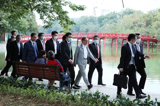 Thủ tướng Nhật Bản Suga Yoshihide đi dạo quanh Hồ Hoàn Kiếm buổi sáng - Ảnh 7.