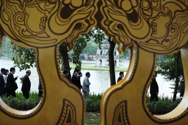Thủ tướng Nhật Bản Suga Yoshihide đi dạo quanh Hồ Hoàn Kiếm buổi sáng - Ảnh 6.