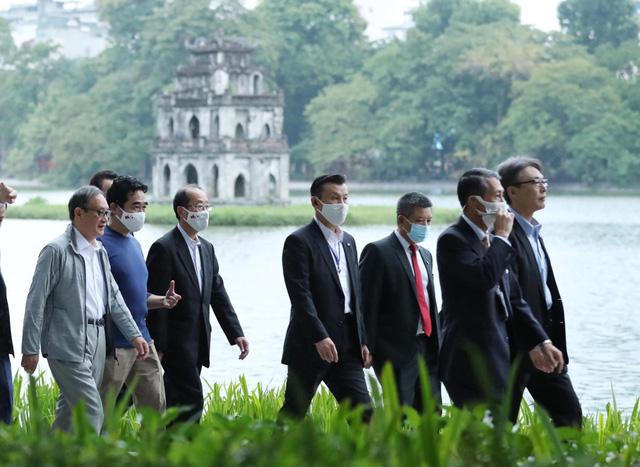 Thủ tướng Nhật Bản Suga Yoshihide đi dạo quanh Hồ Hoàn Kiếm buổi sáng - Ảnh 5.