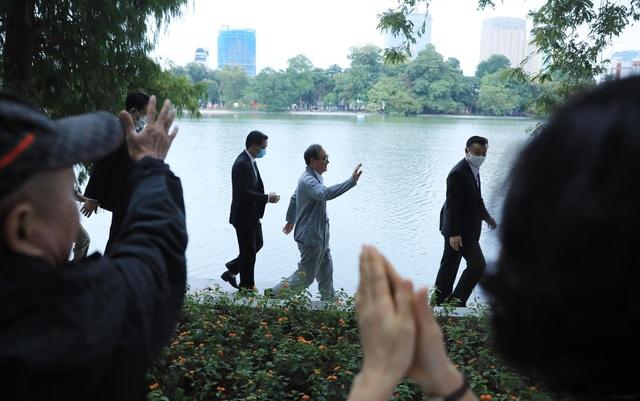 Thủ tướng Nhật Bản Suga Yoshihide đi dạo quanh Hồ Hoàn Kiếm buổi sáng - Ảnh 4.