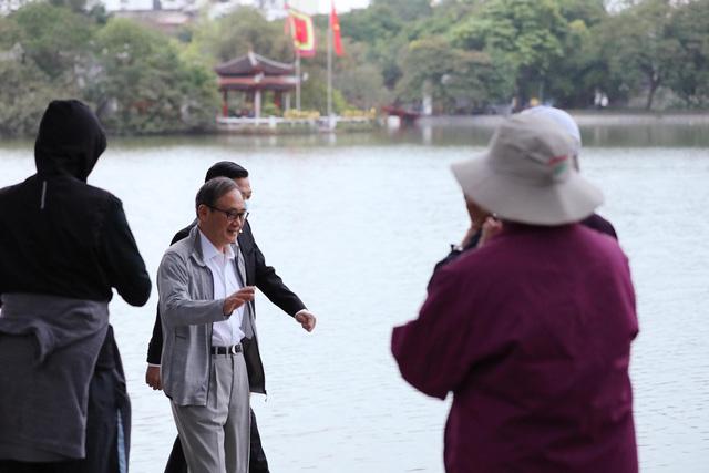 Thủ tướng Nhật Bản Suga Yoshihide đi dạo quanh Hồ Hoàn Kiếm buổi sáng - Ảnh 3.