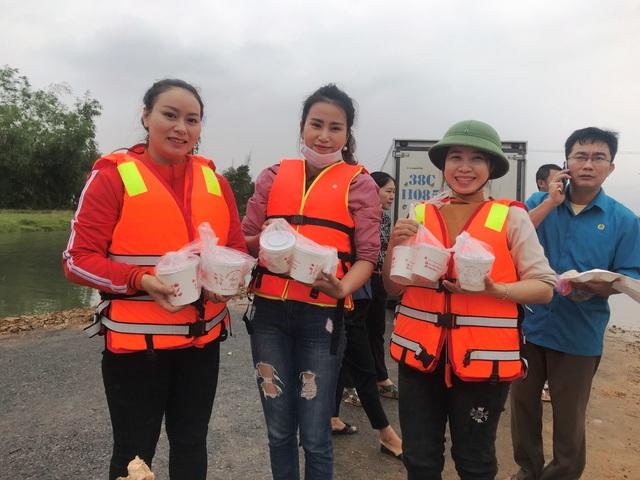 Trường học mênh mông nước, giáo viên tranh thủ tham gia cứu trợ - Ảnh 2.