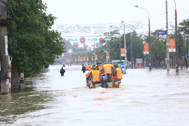 Những người chiến sĩ đi về phía nhân dân những ngày mưa lũ - Ảnh 8.