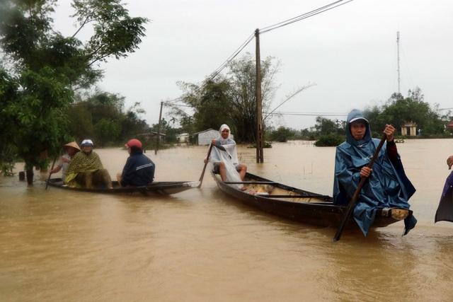 Lũ xuống tại Thừa Thiên Huế, nhiều vùng vẫn ngập sâu - Ảnh 1.