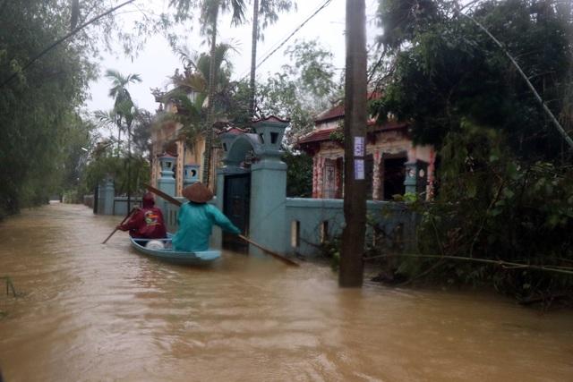 Lũ xuống tại Thừa Thiên Huế, nhiều vùng vẫn ngập sâu - Ảnh 4.