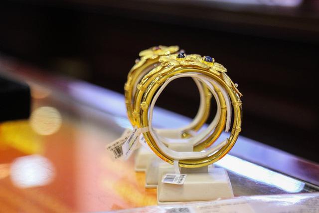 Giá vàng thế giới tăng vọt khi USD mất giá - Ảnh 2.