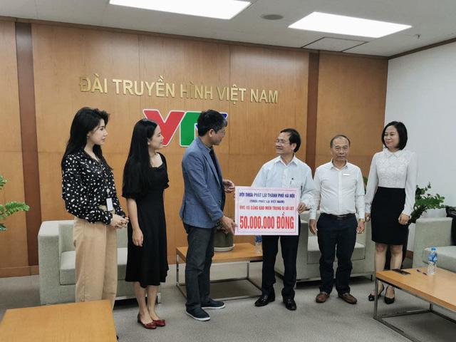 Quỹ Tấm lòng Việt tiếp nhận tiền ủng hộ miền Trung từ Hội Thừa Phát Lại Hà Nội - Ảnh 1.