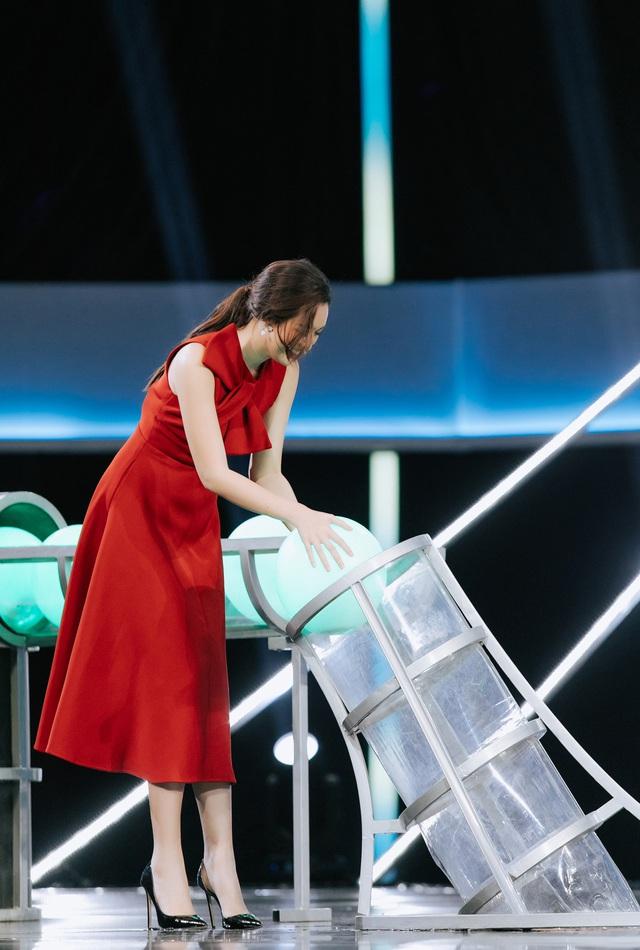 """Trường Giang ngỡ ngàng trước """"kỷ lục vàng"""" của Á hậu Tường San và Kiều Loan - Ảnh 4."""