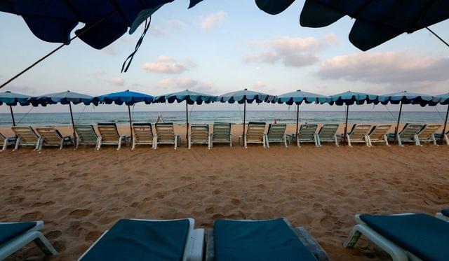 COVID-19 biến Phuket từ thiên đường du lịch thành hòn đảo hoang - ảnh 2