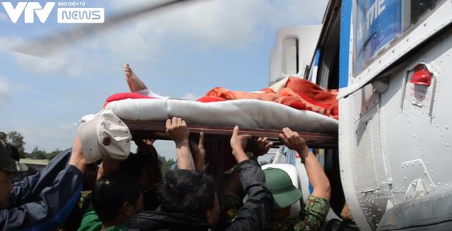Trực thăng quân đội đưa 2 người dân ở vùng lũ Quảng Trị đi cấp cứu - Ảnh 1.