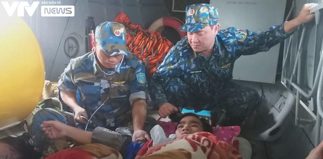 Trực thăng quân đội đưa 2 người dân ở vùng lũ Quảng Trị đi cấp cứu - Ảnh 2.