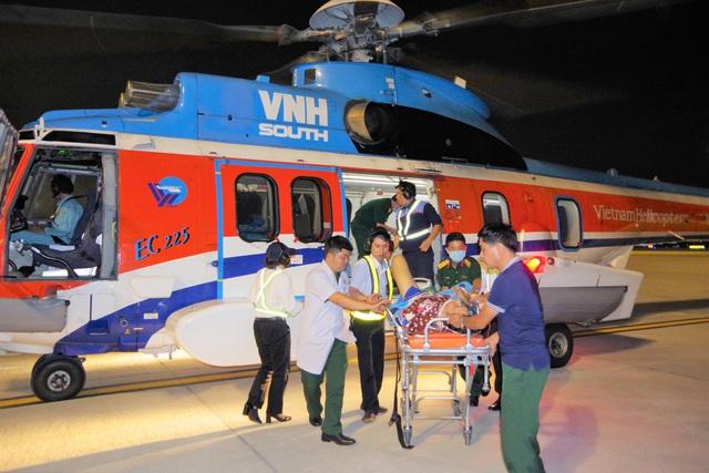Trực thăng đưa 2 bệnh nhân từ Trường Sa về đất liền cấp cứu - Ảnh 1.
