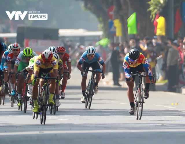 Chặng mở màn kết thúc trong nắng đẹp, Xe đạp VTV Cup 2020 bắt đầu những ngày tranh tài hấp dẫn - Ảnh 1.