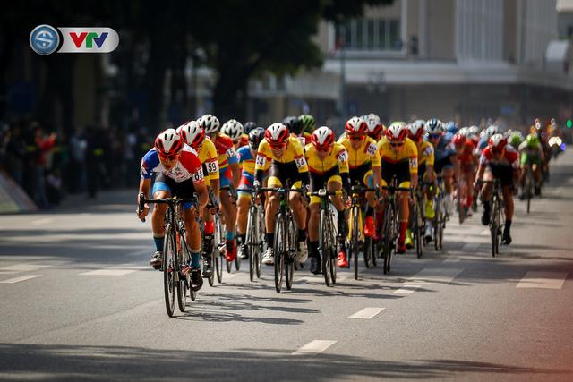 ẢNH: Những khoảnh khắc ấn tượng chặng 1 giải xe đạp VTV Cúp Tôn Hoa Sen 2020 - Ảnh 6.