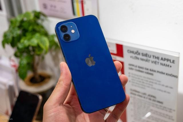 Trên tay iPhone 12 bản màu xanh Blue giá 23 triệu đồng tại Việt Nam | VTV.VN