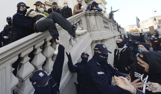 Ba Lan bắt giữ gần 300 người biểu tình, xử lý mạnh tay người vi phạm giãn cách xã hội - Ảnh 1.