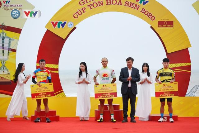 ẢNH: Những khoảnh khắc ấn tượng chặng 3 Giải xe đạp VTV Cúp Tôn Hoa Sen 2020 - Ảnh 10.