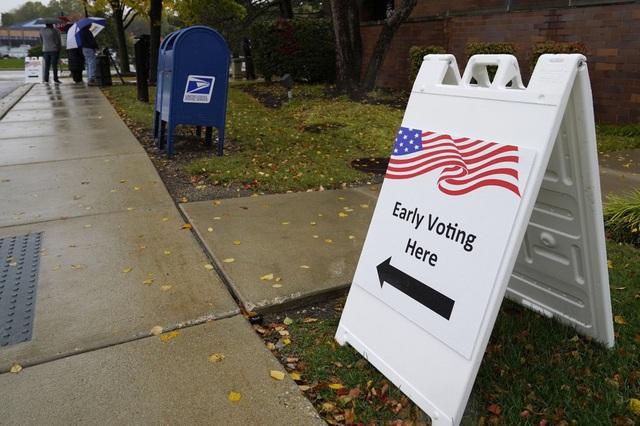 Bầu cử Mỹ 2020: Tổng số phiếu bầu sớm đạt mức kỷ lục - Ảnh 1.
