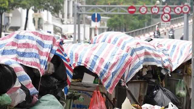 Nội thành Hà Nội lại ngập rác thải, bốc mùi 3 ngày chưa ai mang đi - Ảnh 3.