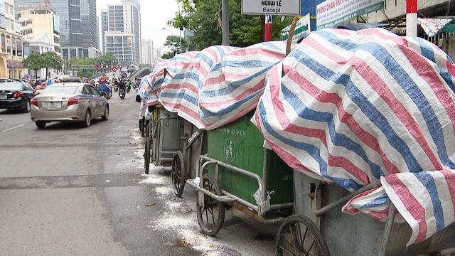 Nội thành Hà Nội lại ngập rác thải, bốc mùi 3 ngày chưa ai mang đi - Ảnh 4.
