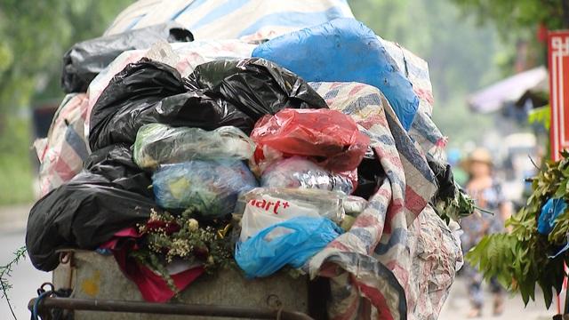 Nội thành Hà Nội lại ngập rác thải, bốc mùi 3 ngày chưa ai mang đi - Ảnh 1.