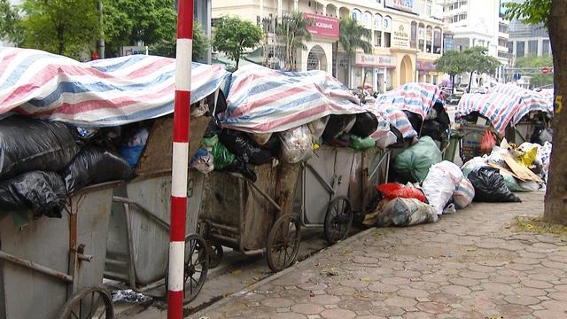 Nội thành Hà Nội lại ngập rác thải, bốc mùi 3 ngày chưa ai mang đi - Ảnh 2.