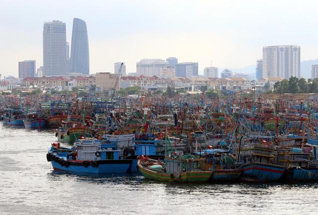 Người dân Đà Nẵng đổ xô mua đồ phòng, chống bão số 9 - Ảnh 1.