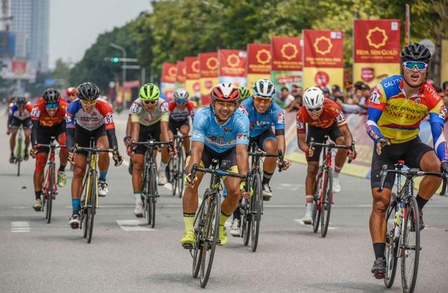 Lê Nguyệt Minh xuất sắc giữ áo xanh, Loic Desriac bảo vệ áo vàng sau 4 chặng đua - Ảnh 2.