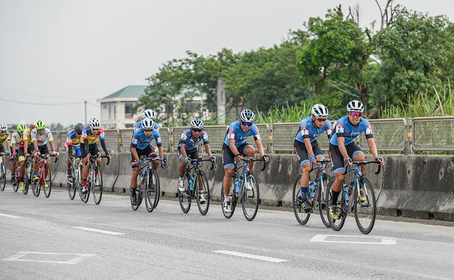 Lê Nguyệt Minh xuất sắc giữ áo xanh, Loic Desriac bảo vệ áo vàng sau 4 chặng đua - Ảnh 1.