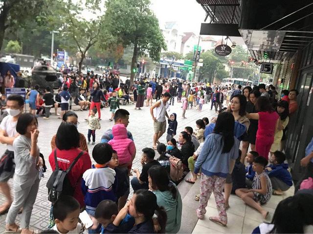 Cháy ở chung cư Linh Đàm, hàng trăm cư dân tháo chạy - Ảnh 2.