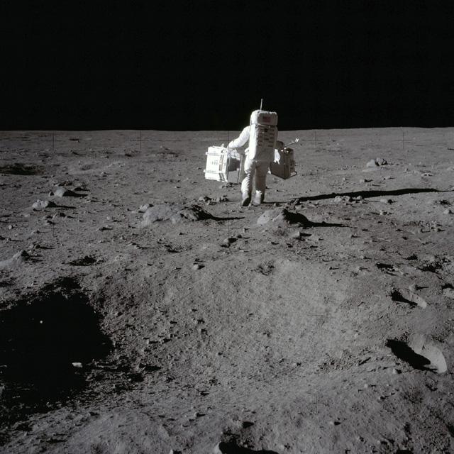 Phát hiện quan trọng của NASA: Tìm thấy nước trên bề mặt có ánh nắng chiếu vào của mặt trăng - Ảnh 1.