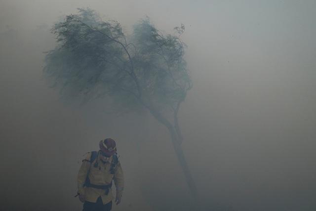Cháy rừng bùng phát mạnh tại California, khoảng 100.000 người phải đi sơ tán - Ảnh 2.