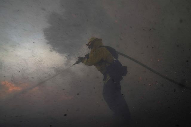 Cháy rừng bùng phát mạnh tại California, khoảng 100.000 người phải đi sơ tán - Ảnh 1.
