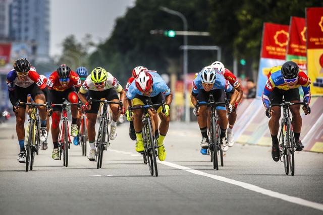 ẢNH: Những khoảnh khắc ấn tượng chặng 4 Giải xe đạp VTV Cúp Tôn Hoa Sen 2020 - Ảnh 6.