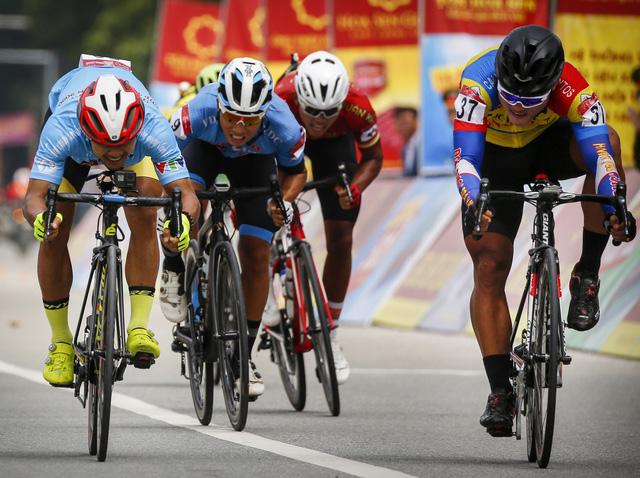 ẢNH: Những khoảnh khắc ấn tượng chặng 4 Giải xe đạp VTV Cúp Tôn Hoa Sen 2020 - Ảnh 7.