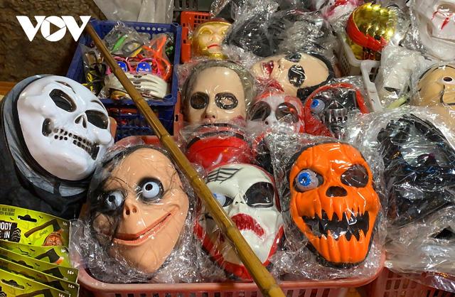 Đồ hóa trang Halloween càng ma quái càng hút khách - Ảnh 2.