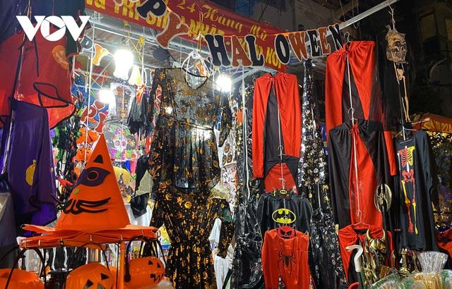 Đồ hóa trang Halloween càng ma quái càng hút khách - Ảnh 3.
