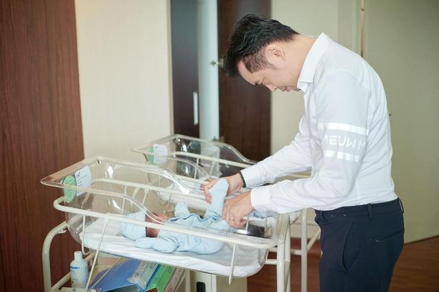NS Dương Khắc Linh nén khóc khi nhìn vợ sinh con - Ảnh 2.