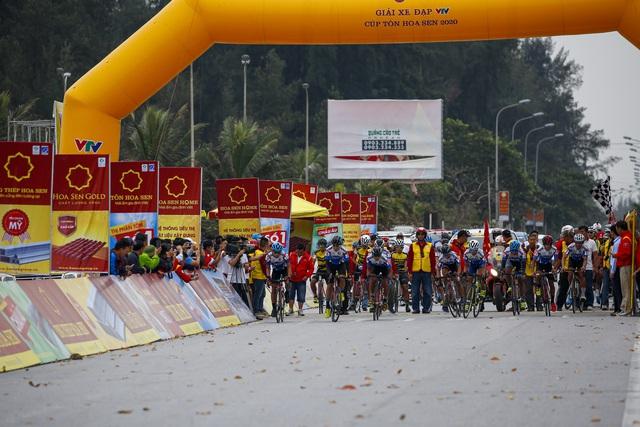 ẢNH: Những khoảnh khắc ấn tượng chặng 5 Giải xe đạp VTV Cúp Tôn Hoa Sen 2020 - Ảnh 1.