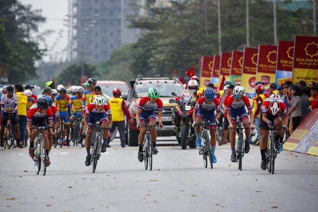 ẢNH: Những khoảnh khắc ấn tượng chặng 5 Giải xe đạp VTV Cúp Tôn Hoa Sen 2020 - Ảnh 2.