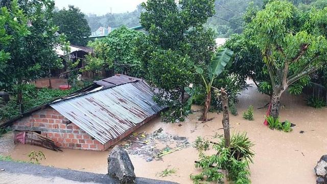 Nhiều nơi sạt lở nặng do mưa lũ - Ảnh 2.