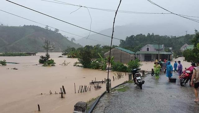Nhiều nơi sạt lở nặng do mưa lũ - Ảnh 1.