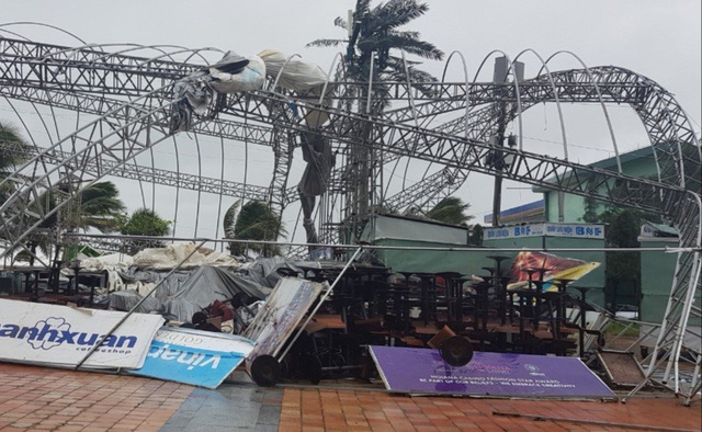 Thành phố Đà Nẵng tan hoang sau bão số 9 - Ảnh 7.