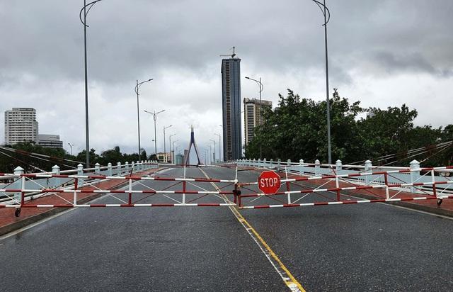 Thành phố Đà Nẵng tan hoang sau bão số 9 - Ảnh 6.