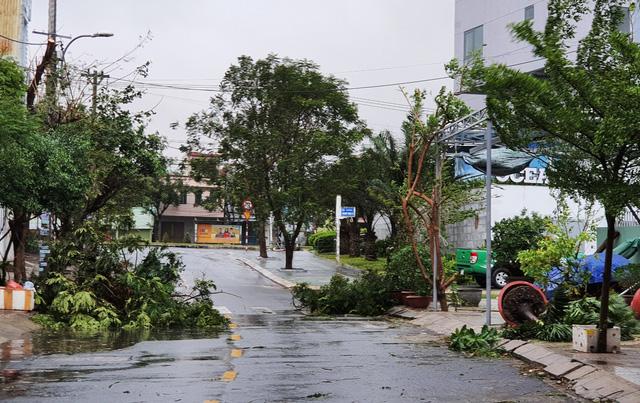 Thành phố Đà Nẵng tan hoang sau bão số 9 - Ảnh 5.