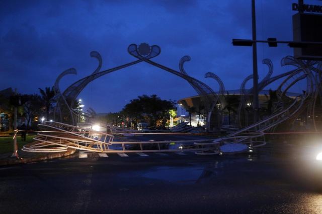 Thành phố Đà Nẵng tan hoang sau bão số 9 - Ảnh 8.