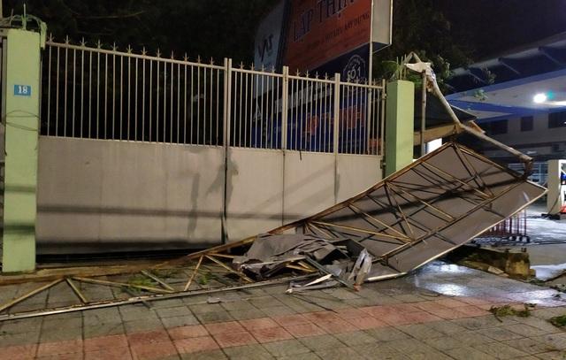 Thành phố Đà Nẵng tan hoang sau bão số 9 - Ảnh 10.